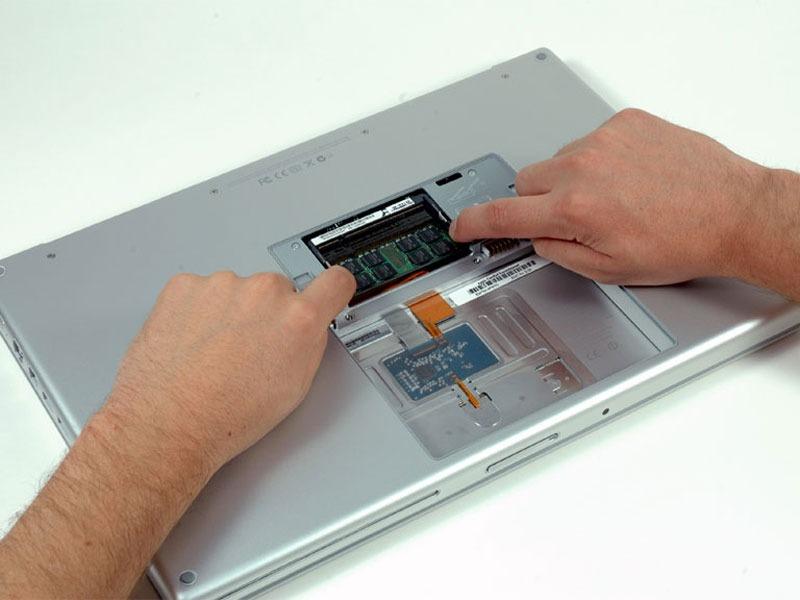 MacBook Pro 15″ Core Duo Model A1150 – Thay RAM